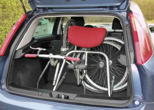 En crossrunner isärtagen visas inne i en bils baklucka